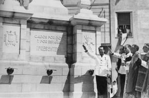 Marcet de blanc, fent la salutació feixista.