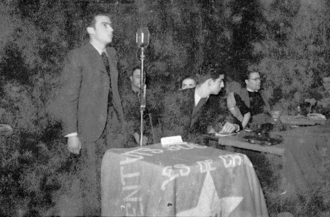 Wenceslao Colomer, secretari de les Joventuts Socialistes Unificades de Catalunya (JSU), intervé en l'acte d'homenatge a les lleves del 29 i del 40 organitzat per aquesta entitat. Co