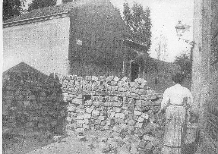 """Carrer Jardí durant la """"Setmana Tràgica"""", 1909"""